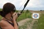 kobieta strzelająca z łuku do tarczy